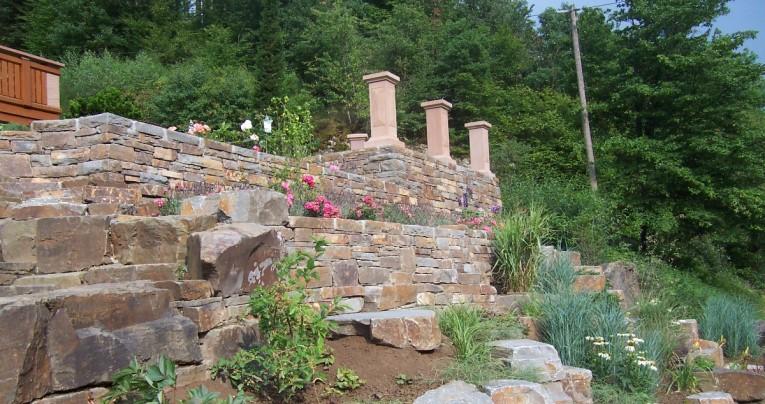 Trockenmauern mit Ahrgrauwacke