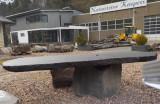Tisch aus Basalt-Lava